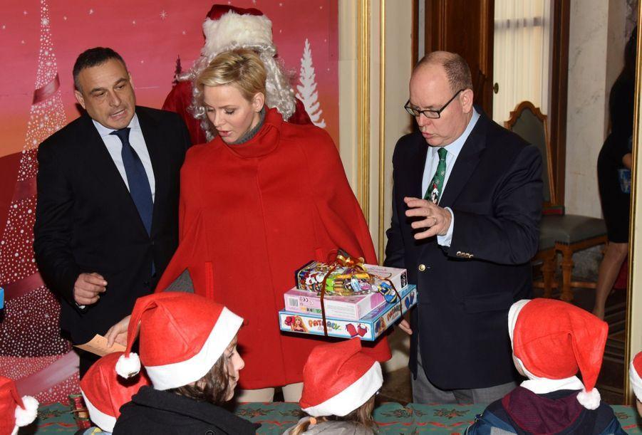 Charlène De Monaco Et Le Prince Albert À L'arbre De Noël Du Palais 24