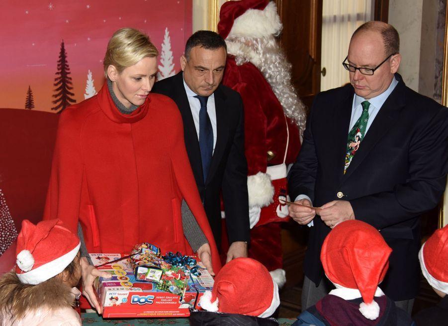 Charlène De Monaco Et Le Prince Albert À L'arbre De Noël Du Palais 25
