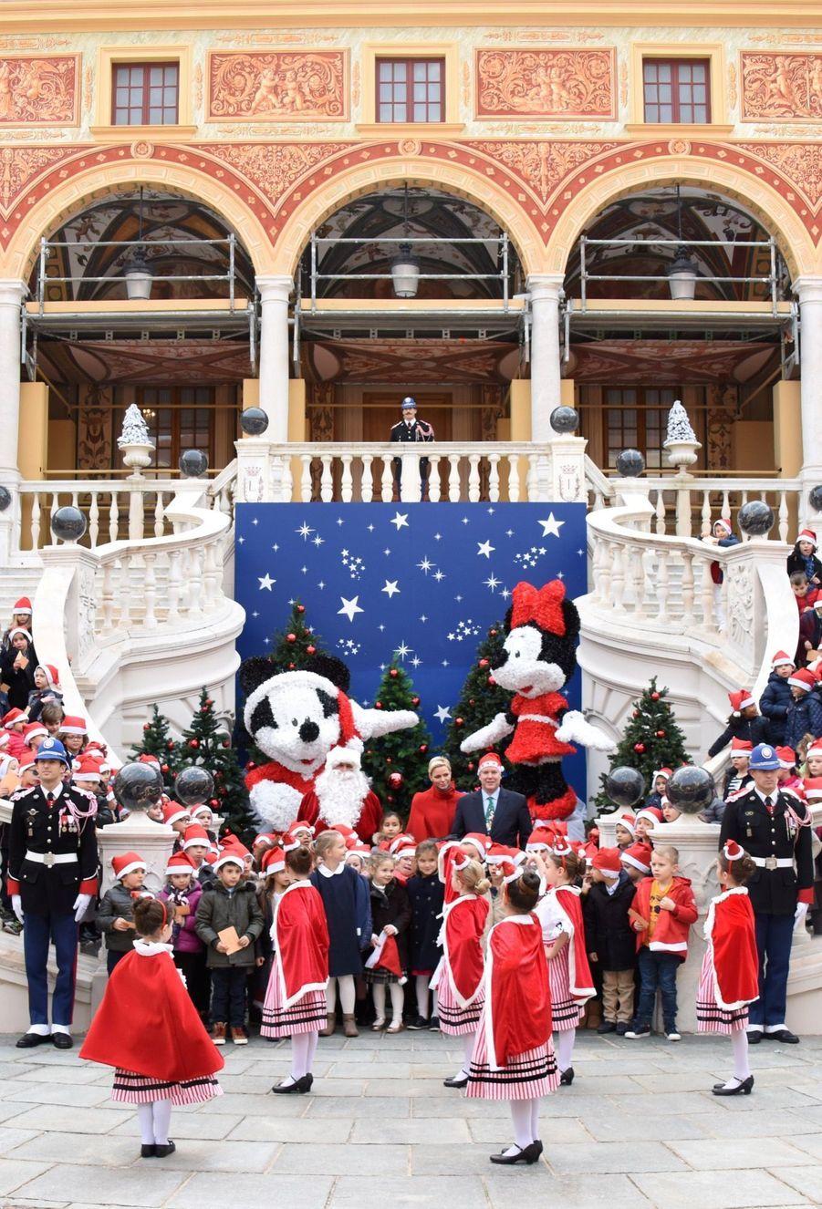 Charlène De Monaco Et Le Prince Albert À L'arbre De Noël Du Palais 35