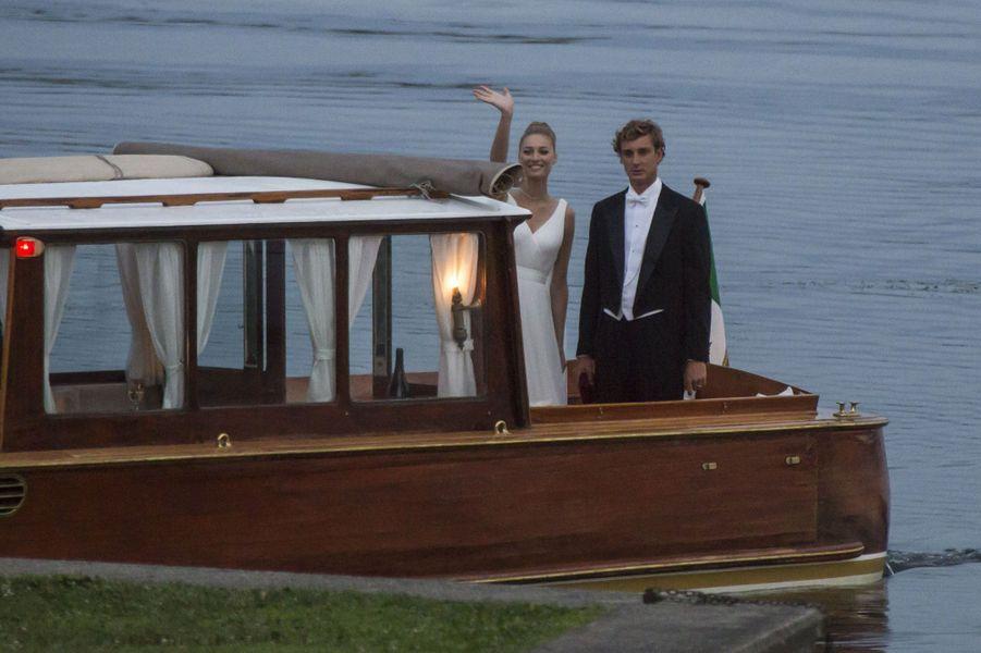 Béatrice Borromeo et Pierre Casiraghi arrivent pour la fête, samedi soir au château Borromeo d'Angera