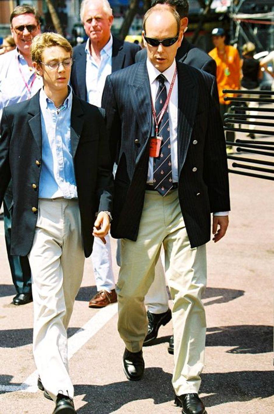 Accompagné du prince Albert de Monaco, Pierre se rend au Grand Prix de Monaco, 2001.
