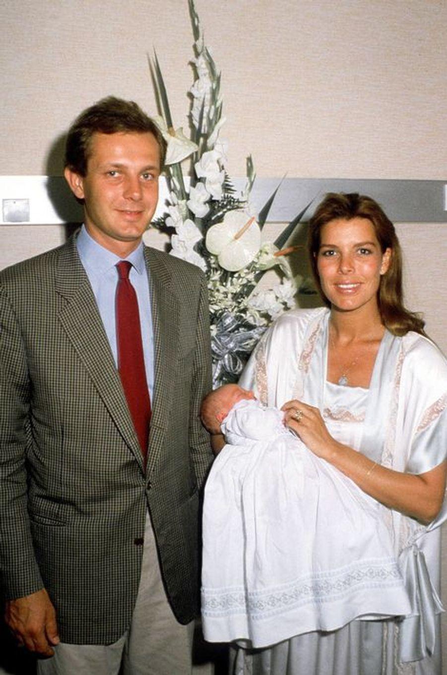 Caroline de Monaco et Stephano présentent leur enfant, Pierre, au monde entier, septembre 1987.
