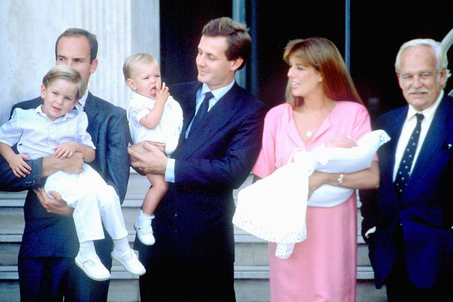 Caroline de Monaco sort de la maternité avec Pierre dans les bras. Andrea et Charlotte sont là.