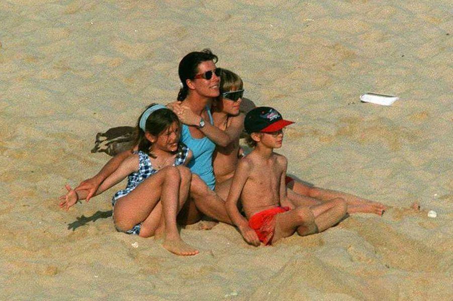 Caroline part en vacances avec ses trois enfants au Portugal, avril 1996.