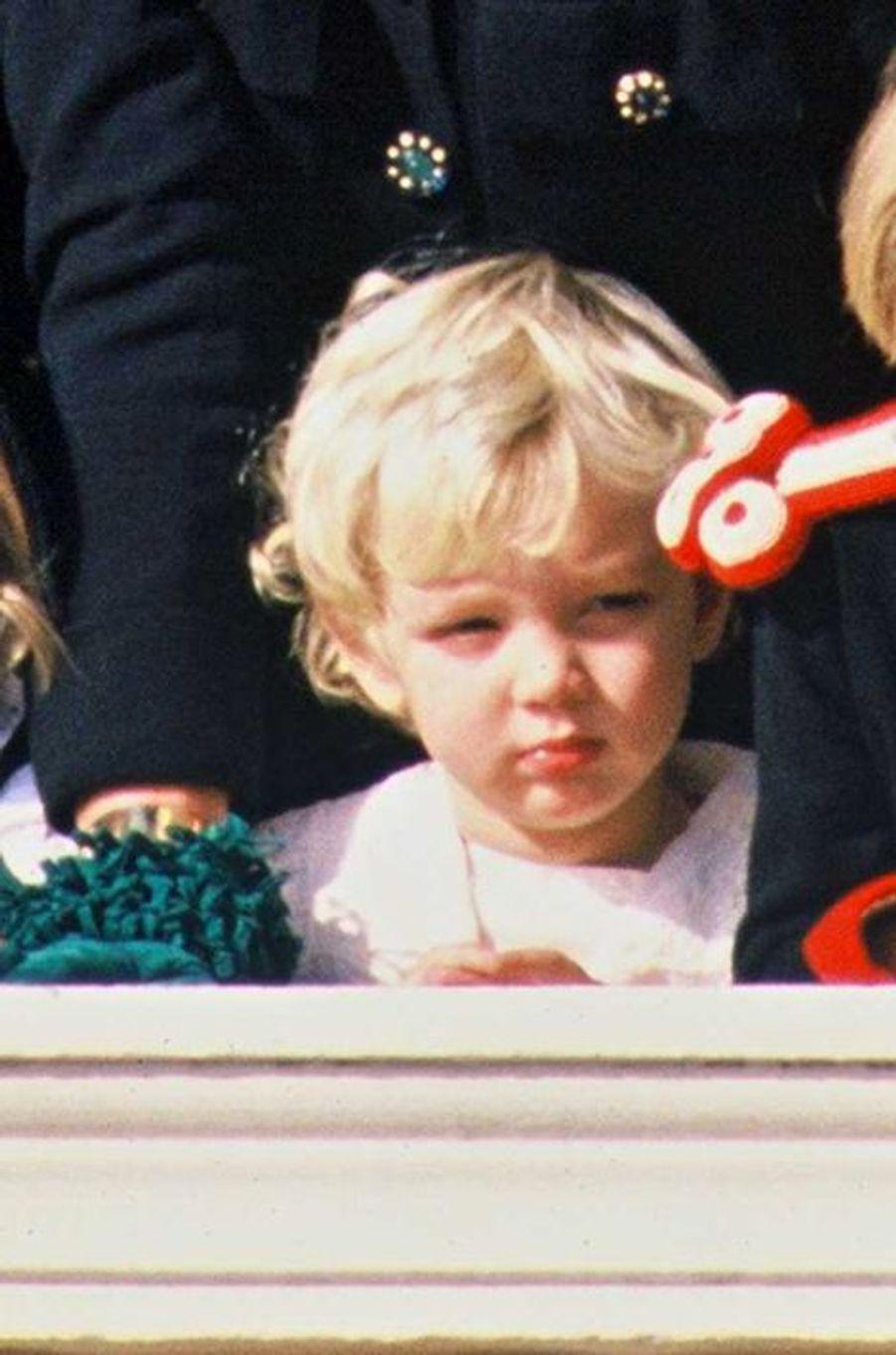 Fête nationale monégasque le 19 novembre 1989, Pierre est au balcon. Le petit garçon, tout blondinet, a deux ans.