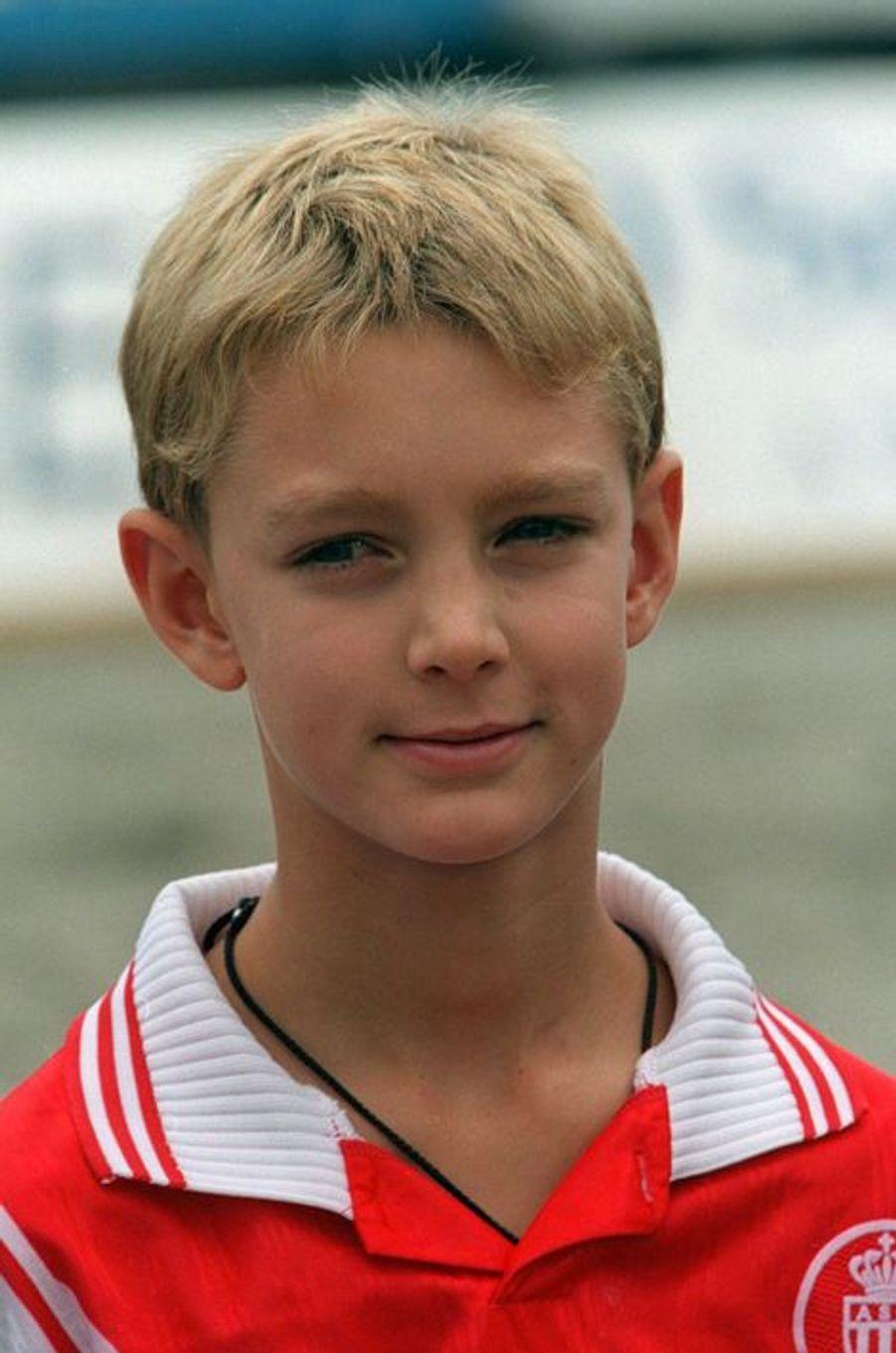 Pierre, à peine âgé de 9 ans, est déjà un grand passionné de football. 1998