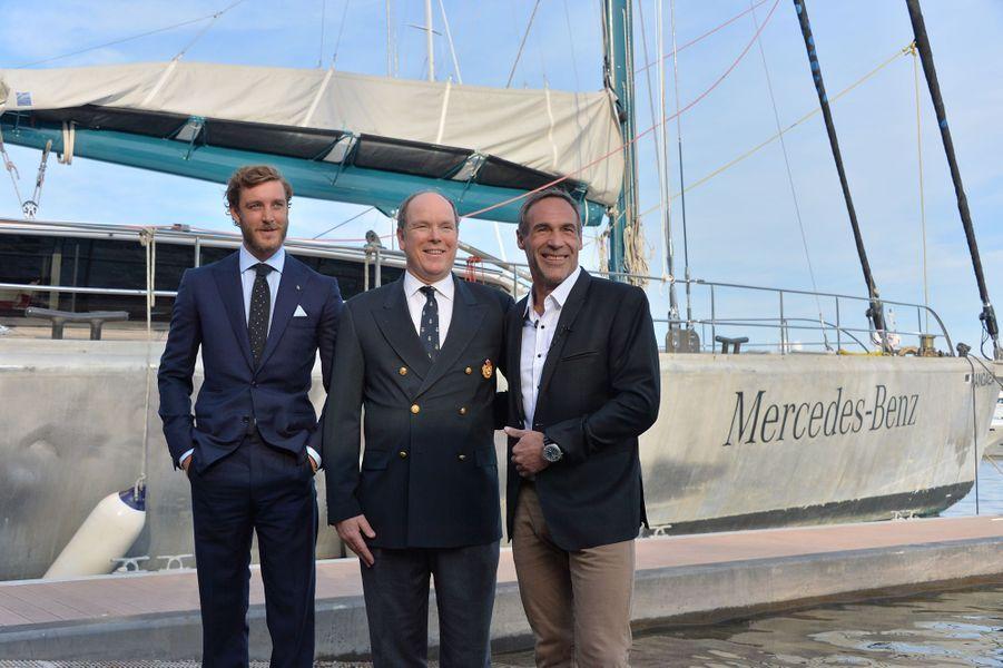 Le prince Albert II de Monaco et Pierre Casiraghi avec Mike Horn à Monaco, le 6 mai 2016