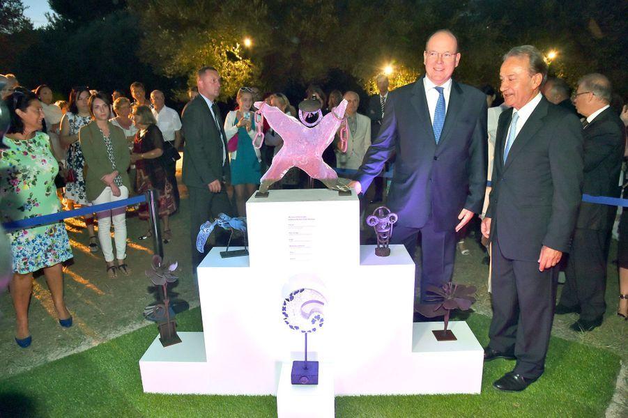 Le prince Albert II de Monaco devant les oeuvres du prince Rainier à Roquebrune Cap-Martin, le 7 septembre 2015