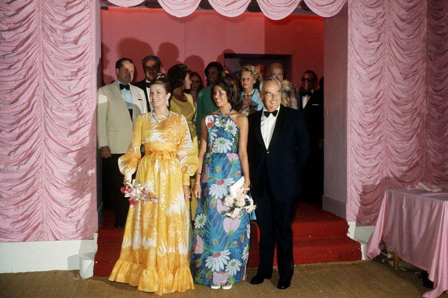 La princesse Grace de Monaco dans une robe du soir Christian Dior par Marc Bohan haute couture printemps-été 1973, au bal de la Croix-Rouge à Monaco en 1973