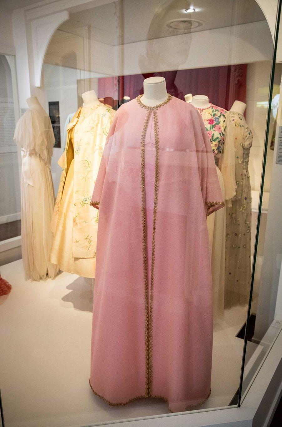 Au premier plan : ensemble du soir Christian Dior par Marc Bohan haute couture printemps-été 1968 de la princesse Grace de Monaco (collection Palais princier de Monaco), lors de l'exposition à Granville le 25 avril 2019
