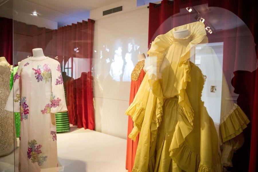A droite : ensemble du soir Christian Dior par Marc Bohan haute couture printemps-été 1981 de la princesse Grace de Monaco (collection Palais princier de Monaco), lors de l'exposition à Granville le 25 avril 2019