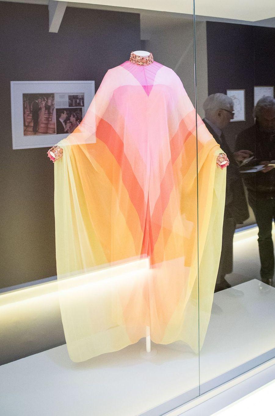 La robe du soir en mousseline bayadère multicolore brodée de perles et de strass Christian Dior par Marc Bohan haute couture printemps-été 1967 (collection Dior Héritage Paris), lors de l'exposition à Granville le 25 avril 2019