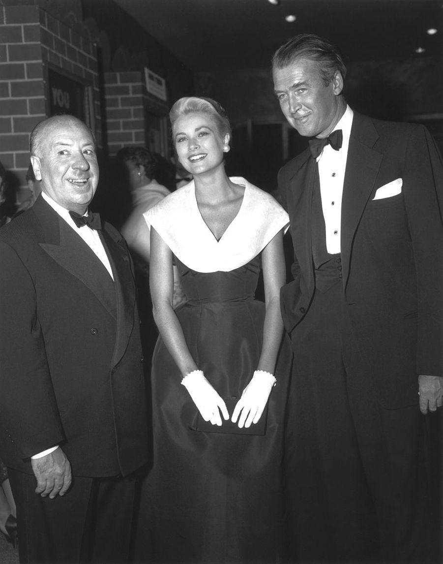 """Grace Kelly dans la robe """"Caracas"""" collection Christian Dior-New York printemps-été 1954 (sa première robe Dior) lors de la première du film """"Fenêtre sur cour"""" avec Alfred Hitchcock et James Stewart"""