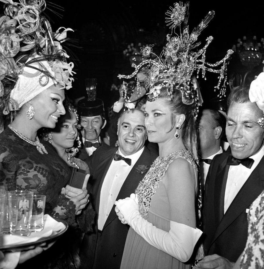 La princesse Grace de Monaco dans une robe du soir Christian Dior par Marc Bohan haute couture automne-hiver 1968 lors d'un bal costumé à Monaco le 10 mars 1969