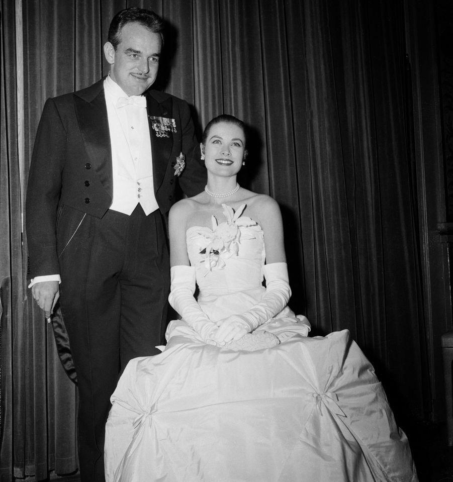 Grace Kelly dans une robe Chistian Dior créée spécialement pour elle, lors du bal de ses fiançailles avec le prince Rainier III de Monaco à New York le 6 janvier 1956