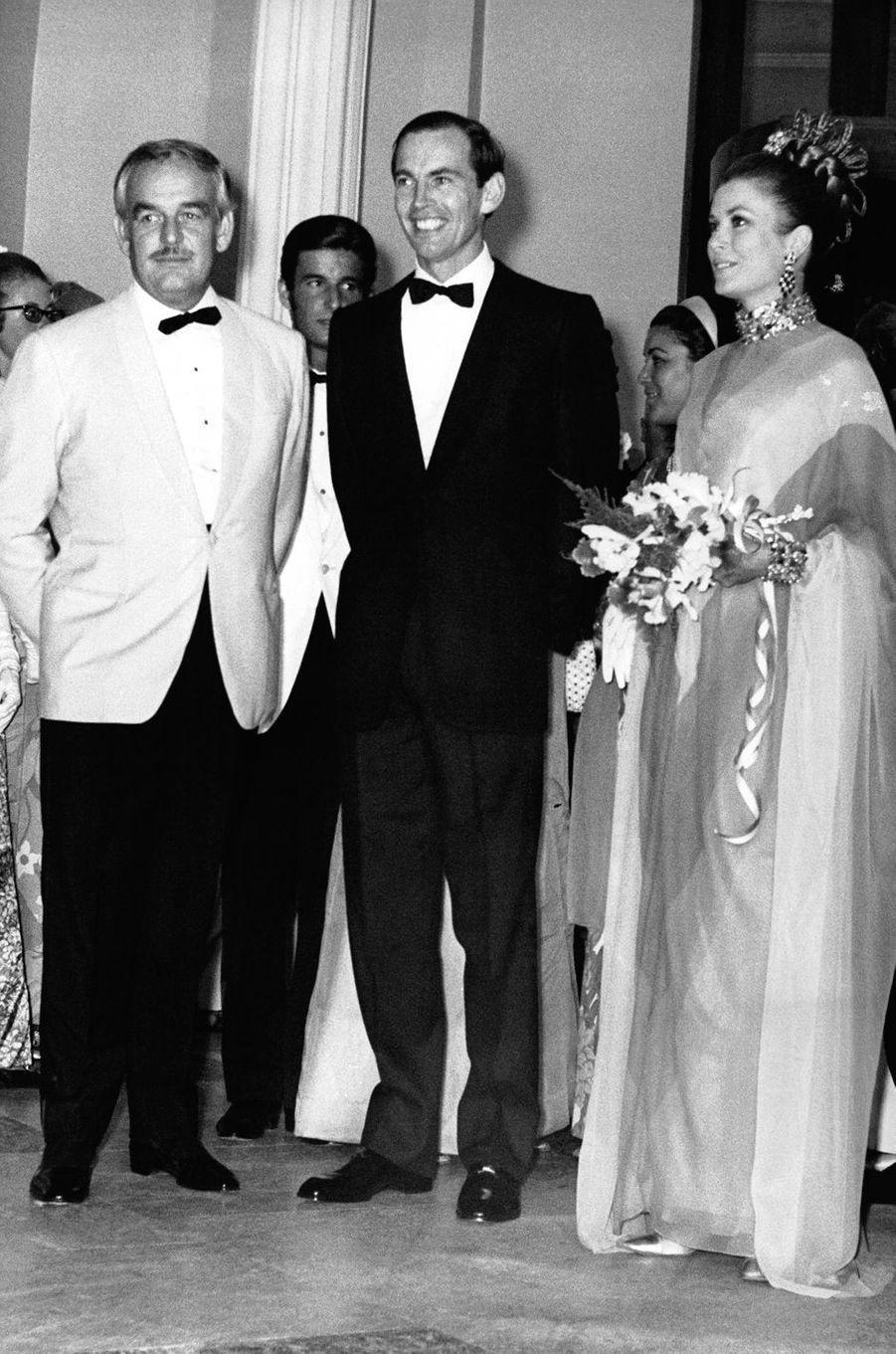 La princesse Grace de Monaco dans sa robe du soir bayadère Christian Dior par Marc Bohan lors d'un dîner de gala à Monaco, le 10 août 1968