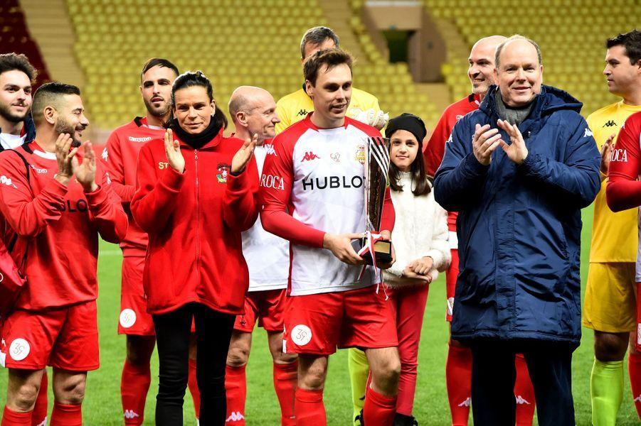 La princesse Stéphanie de Monaco, le prince Albert II et Louis Ducruet avec la coupe de l'équipe perdante à Monaco, le 20 janvier 2020