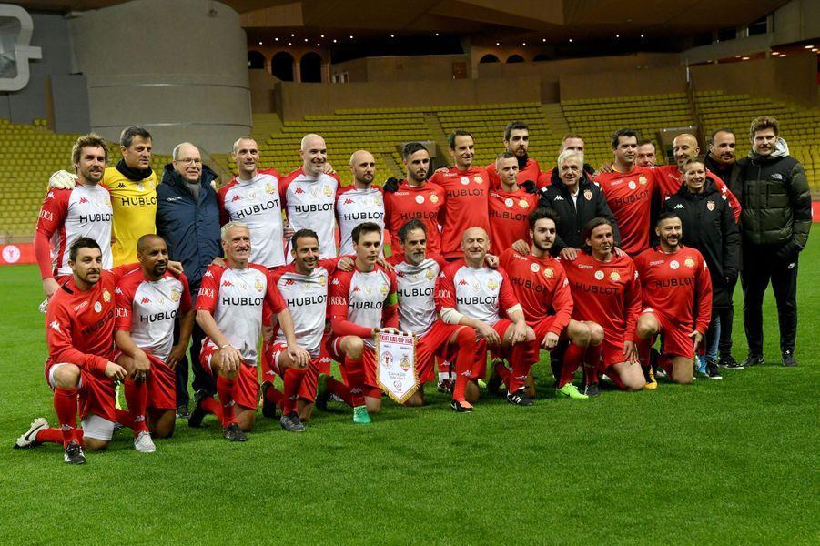 Le prince Albert II de Monaco et Louis Ducruet avec l'équipe des Barbagiuans, à Monaco le 20 janvier 2020