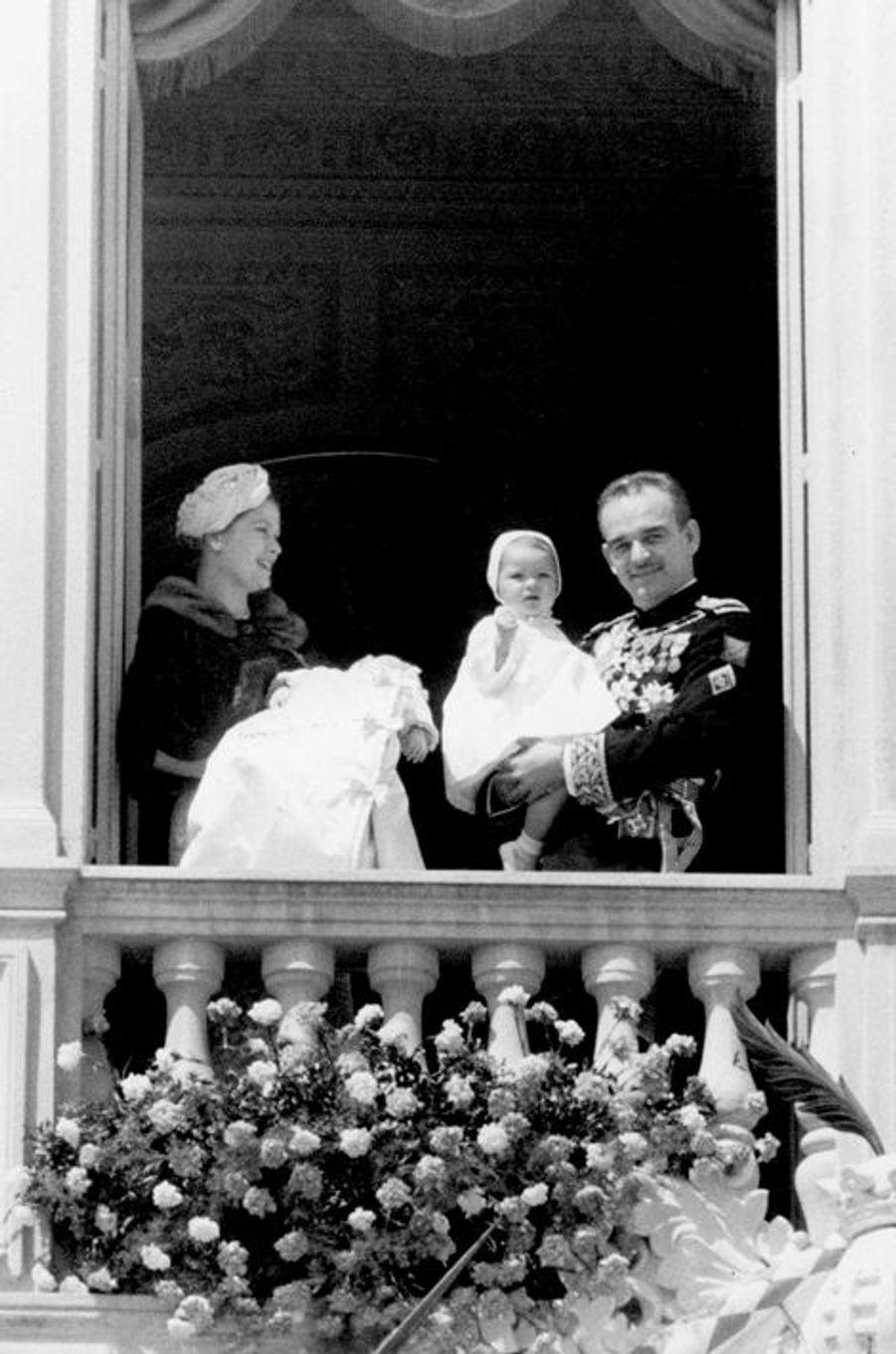 Le prince Rainier III de Monaco au balcon du palais avec la princesse Grace, Caroline et Albert, le 1er avril 1958