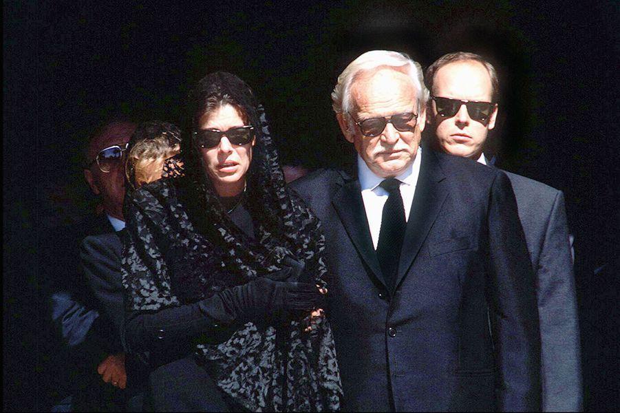 Le prince Rainier III de Monaco avec Caroline et Albert lors des obsèques de Stefano Casiraghi, le 5 octobre 1990