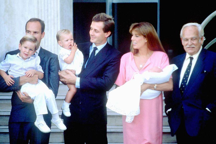 Le prince Rainier III de Monaco avec la princesse Caroline, Stefano Casiraghi et leurs trois enfants, le 7 septembre 1987