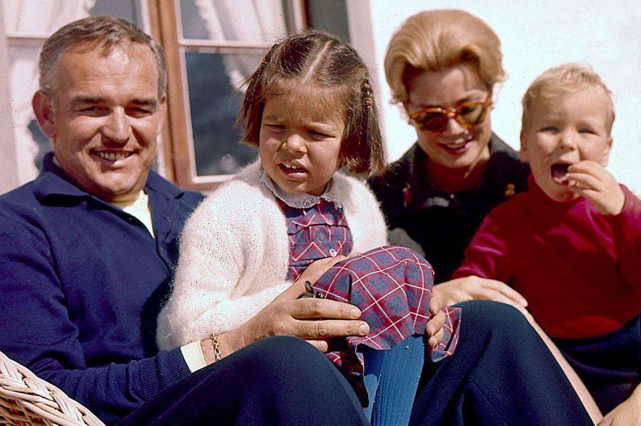 Le prince Rainier III de Monaco avec la princesse Grace, Caroline et Albert, le 1er janvier 1962