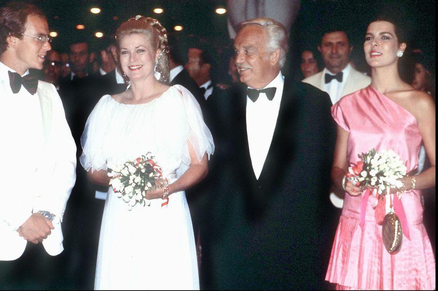 Le prince Rainier III de Monaco avec la princesse Grace, Caroline et Albert, le 8 août 1980