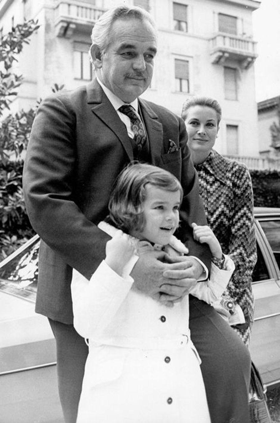 Le prince Rainier III de Monaco avec la princesse Grace et Stéphanie, le 12 mars 1970