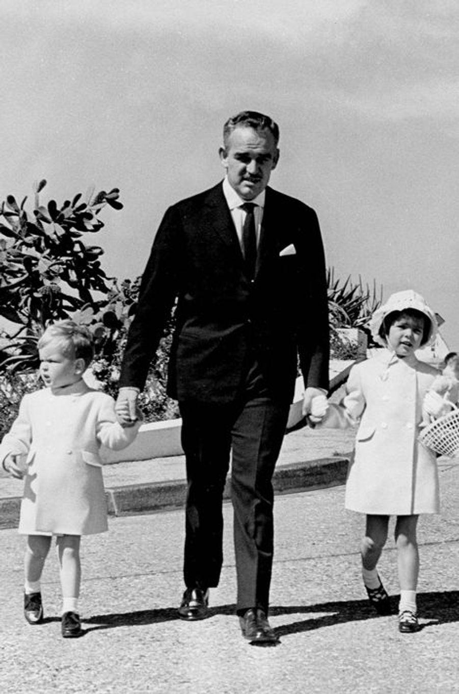 Le prince Rainier III de Monaco avec le prince Albert et la princesse Caroline, le 12 avril 1961