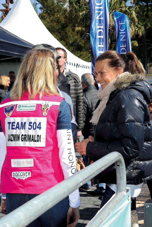 Jazmin avec Stéphanie, qui a donné le départ à Nice, sur la promenade des Anglais, le 17 mars. Sur son dossard l'écusson « The Jazmin Fund », la fondation humanitaire qu'elle a créée à 14 ans.