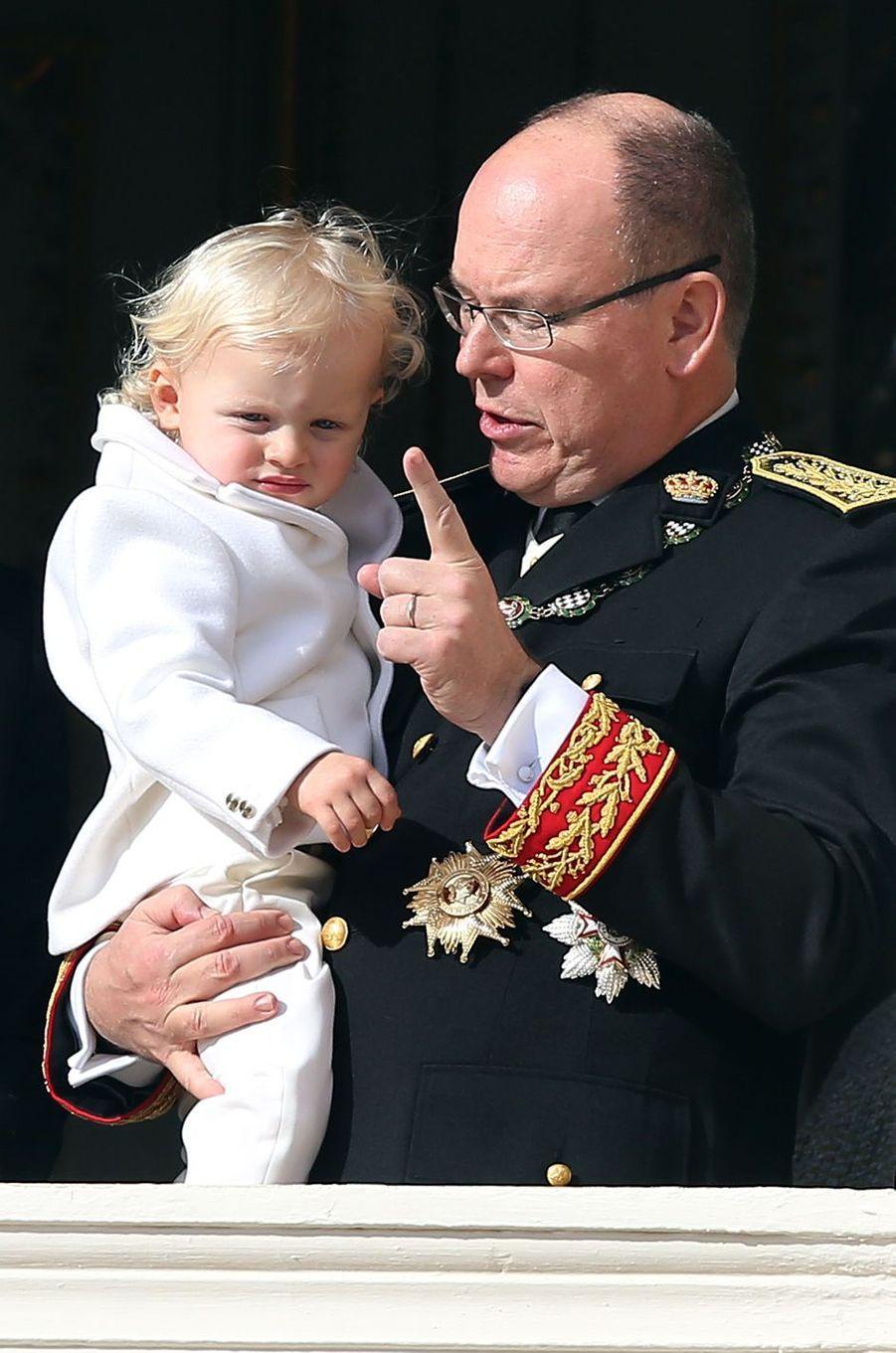 Le prince Jacques dans les bras du prince Albert II de Monaco à Monaco le 19 novembre 2016