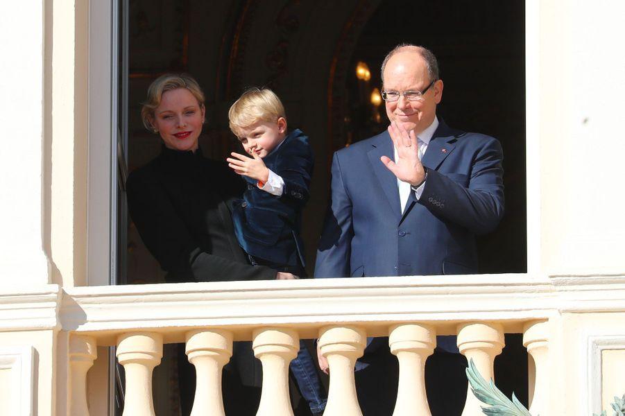 La princesse Charlène, le prince héréditaire Jacques et le prince Albert II de Monaco, au balcon du palais dimanche.