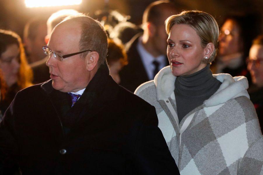 Le prince Albert II de Monaco et son épouse Charlène, samedi soir, lors de l'embrasement de la barque de Sainte-Dévote.