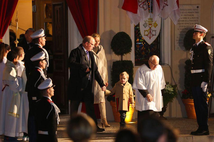 Le prince Albert II de Monaco, son épouse Charlène et leur fils, le prince héréditaire Jacques, samedi soir, lors de l'embrasement de la barque de Sainte-Dévote.