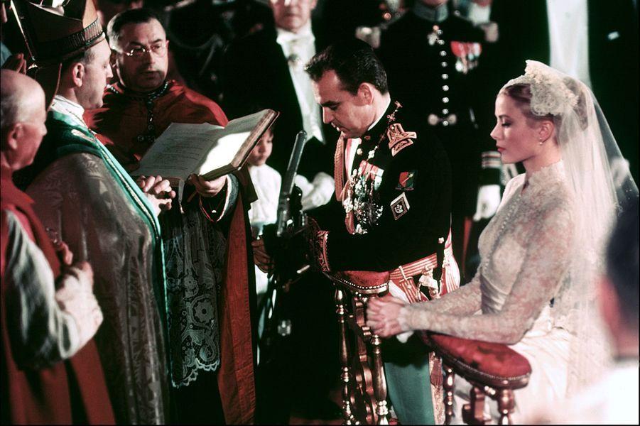 Grace Kelly et le prince Rainier III à Monaco, lors de leur mariage le 19 avril 1956