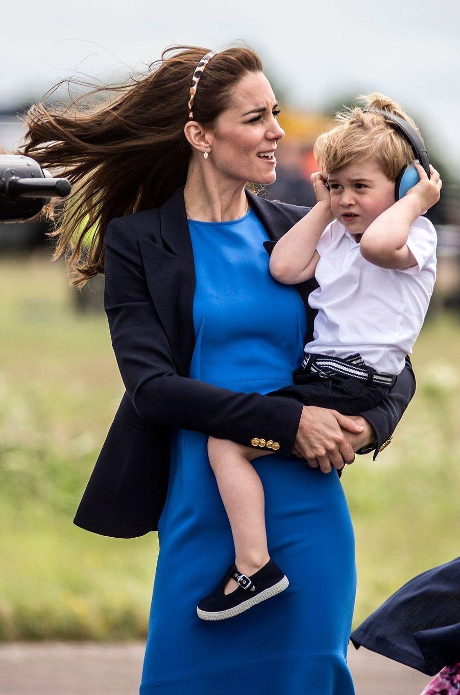 Le prince George de Cambridge avec sa mère Kate Middleton, le 8 juillet 2016