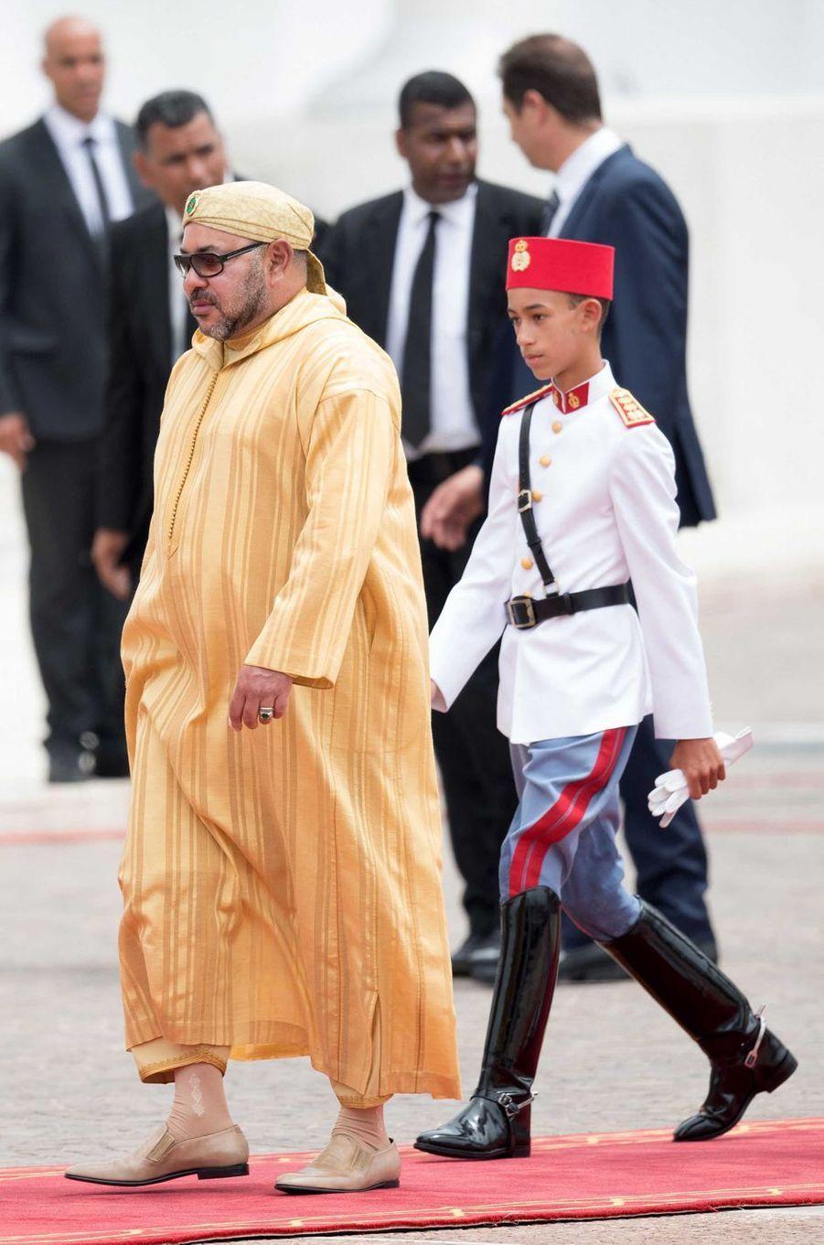 Le prince héritier Moulay El Hassan du Maroc avec son père le roi Mohammed VI, le 31 juillet 2016