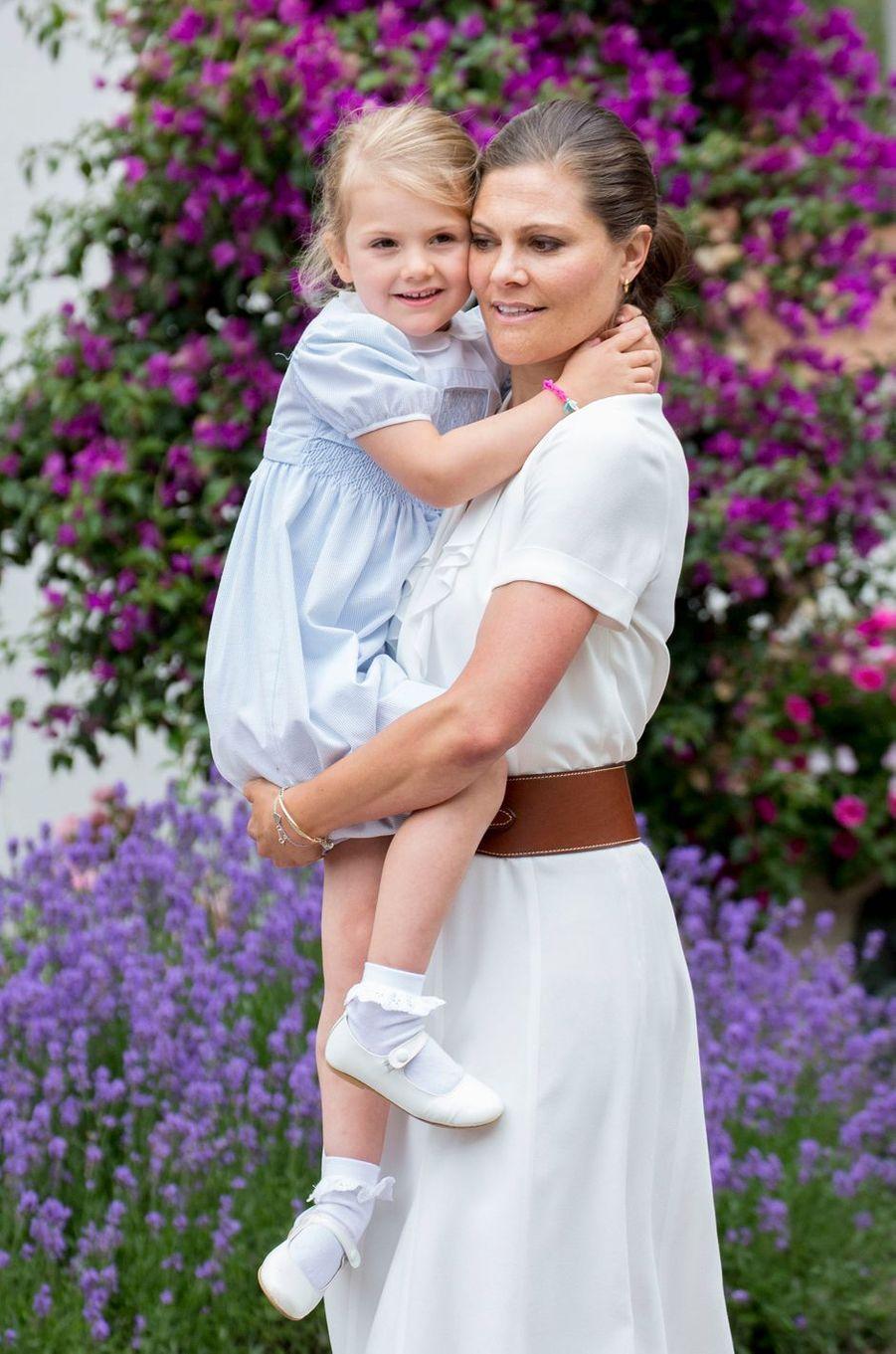 La princesse Estelle de Suède avec sa mère la princesse héritière Victoria, le 14 juillet 2016