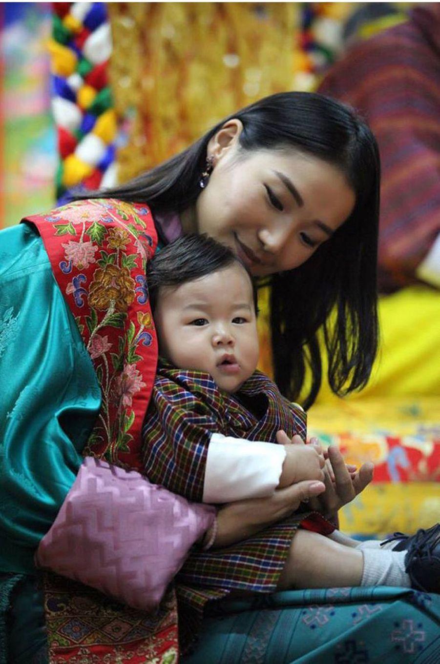 Le prince héritier du Bhoutan Jigme Namgyel Wangchuck avec sa mère la reine Jetsun Pema, le 11 août 2016