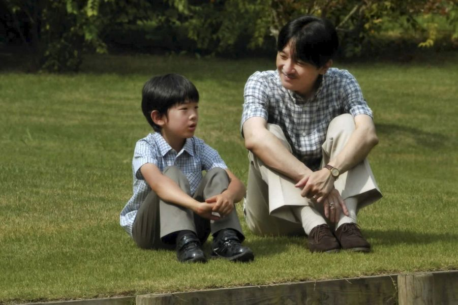 Le prince Hisahito du Japon avec son père le prince Fumihito d'Akishino, le 16 août 2016