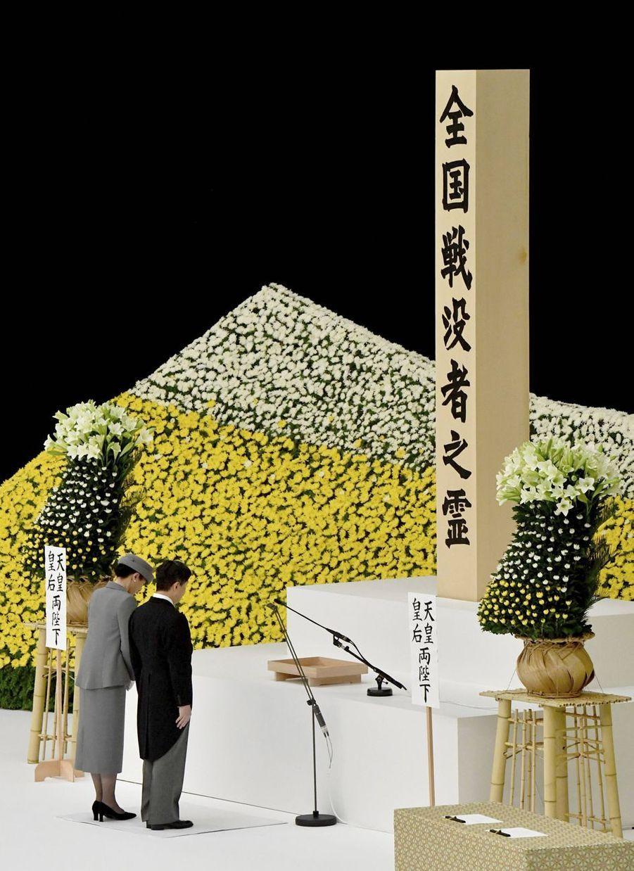 L'impératrice Masako du Japon commémore, avec son mari l'empereur Naruhito, le 74e anniversaire de la fin de la Seconde Guerre mondiale, le 15 août 2019
