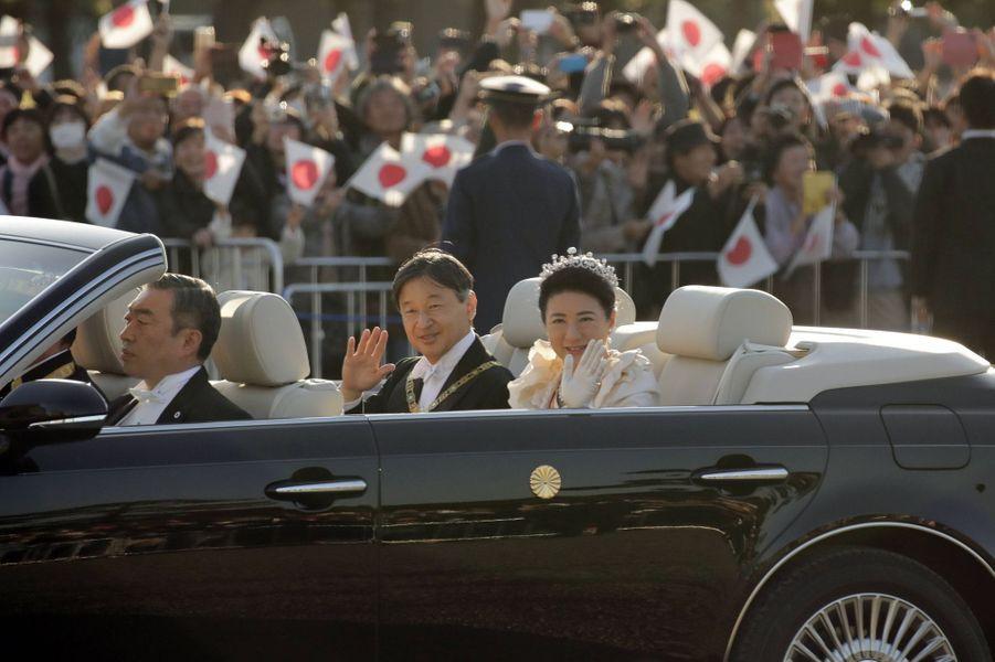 L'impératrice Masako du Japon avec son mari l'empereur Naruhito lors de la parade de l'intronisation, le 10 novembre 2019