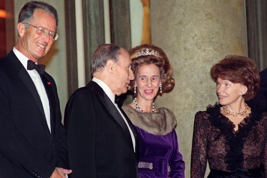 François et Danielle Mitterrand avec le roi des Belges Baudouin et la reine Fabiola le 30 novembre 1992 à L'Elysée à Paris