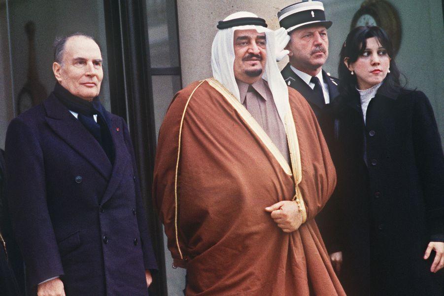 François et Danielle Mitterrand avec le roi Fahd ibn Abd al-Aziz d'Arabie Saoudite le 4 février 1984 à L'Elysée à Paris