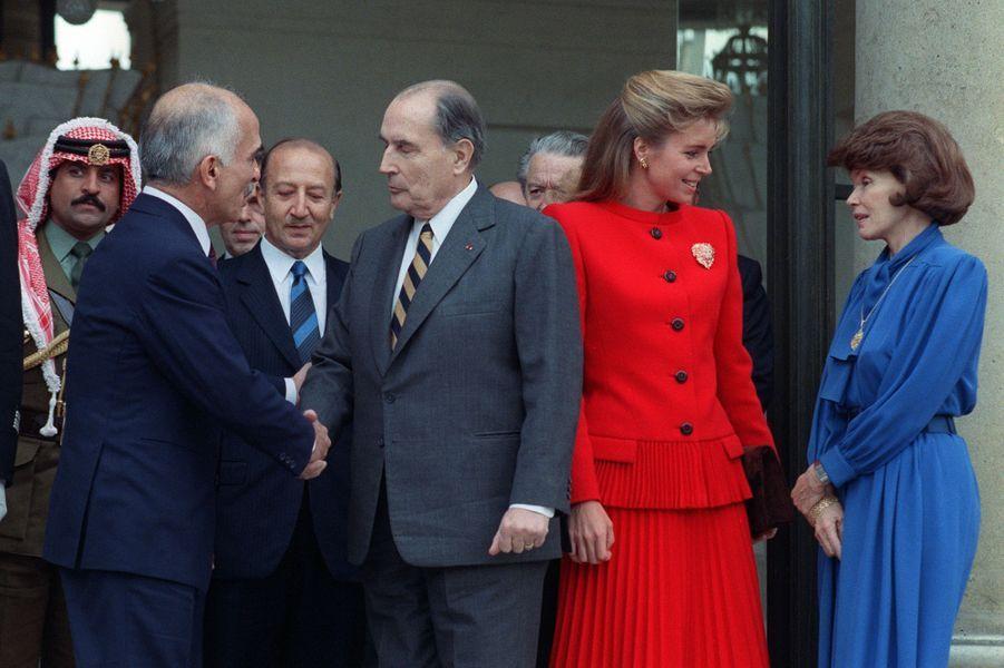 François et Danielle Mitterrand avec le roi Hussein et la reine Noor de Jordanie le 13 décembre 1988 à L'Elysée à Paris