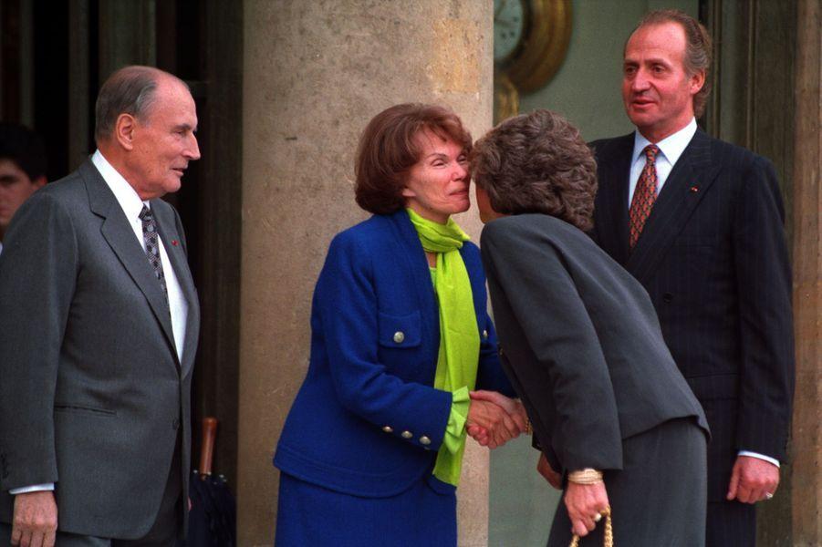 François et Danielle Mitterrand avec le roi Juan Carlos et la reine Sofia d'Espagne le 7 octobre 1993 à L'Elysée à Paris