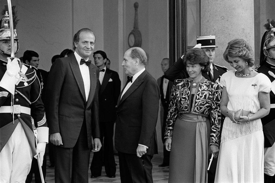 François et Danielle Mitterrand avec le roi Juan Carlos et la reine Sofia d'Espagne le 9 juillet 1985 à L'Elysée à Paris
