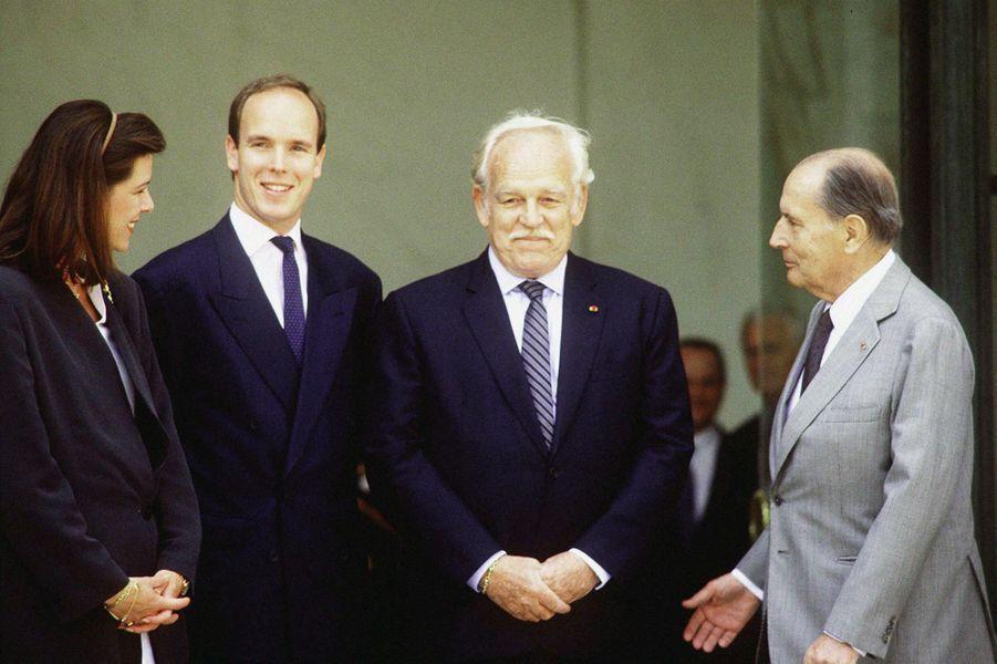 François Mitterrand avec la princesse Caroline et les princes Rainier III et Albert de Monaco en 1992 à L'Elysée à Paris