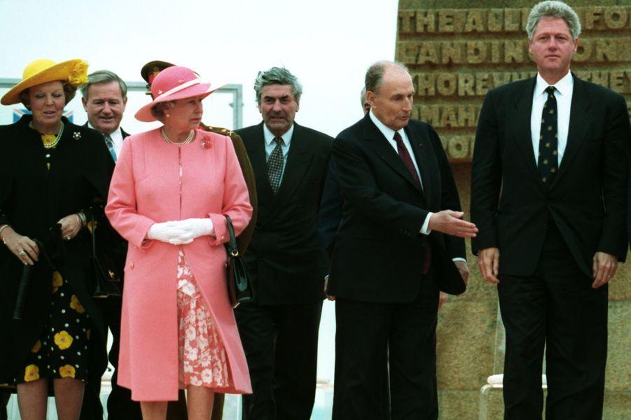 François Mitterrand avec la reine Elizabeth II, la reine Beatrix des Pays-Bas et Bill Clinton le 6 juin 1994 à Omaha Beach