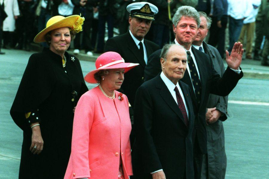 François Mitterrand avec la reine Elizabeth II, la reine Beatrix des Pays-Bas, le roi Olav V de Norvège et Bill Clinton le 6 juin 1994 à Omaha Be...